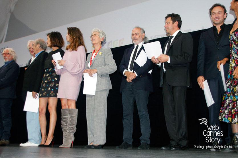 Les invités du Festival, sur scène pour déclarer, l'ouverture du Festival Lumière 2014 - Photo © Anik COUBLE