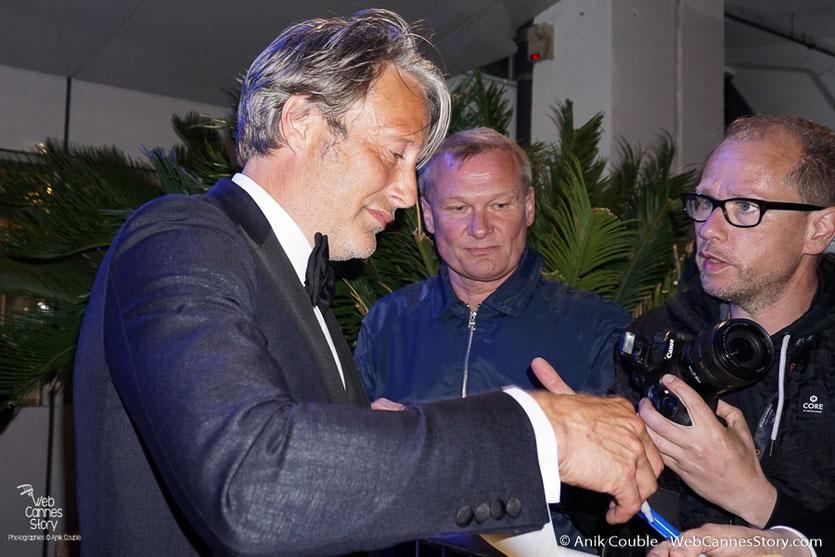 Mads Mikkelsen, membre du Jury, en séance d'autographes  - Festival de Cannes 2016 - Photo © Anik Couble