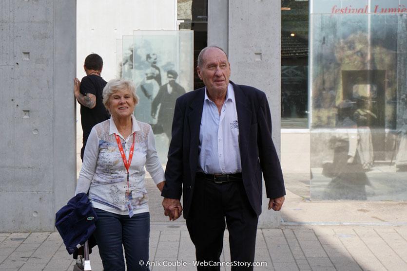 Max Lefrancq-Lumière, petit-fils de Louis Lumière, accompagné de son épouse Michèle, lors du tournage, du remake de la Sortie des Usines Lumière, dirigé par Wong Kar-wai - Festival Lumière 2017 -  Lyon - © Anik Couble
