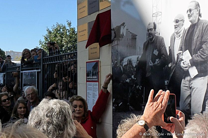 Catherine Deneuve, s'appretant à dévoiler sa plaque, sur le mur des réalisateurs - Lyon - Festival Lumière 2016 - Photo © Anik Couble