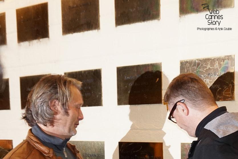 Mads Mikkelsen et Nicolas Winding Refn, devant le mur des réalisateurs, sur lequel a été posée la plaque de Nicolas Winding Refn - Festival Lumière 2015 - Lyon - Photo © Anik COUBLE