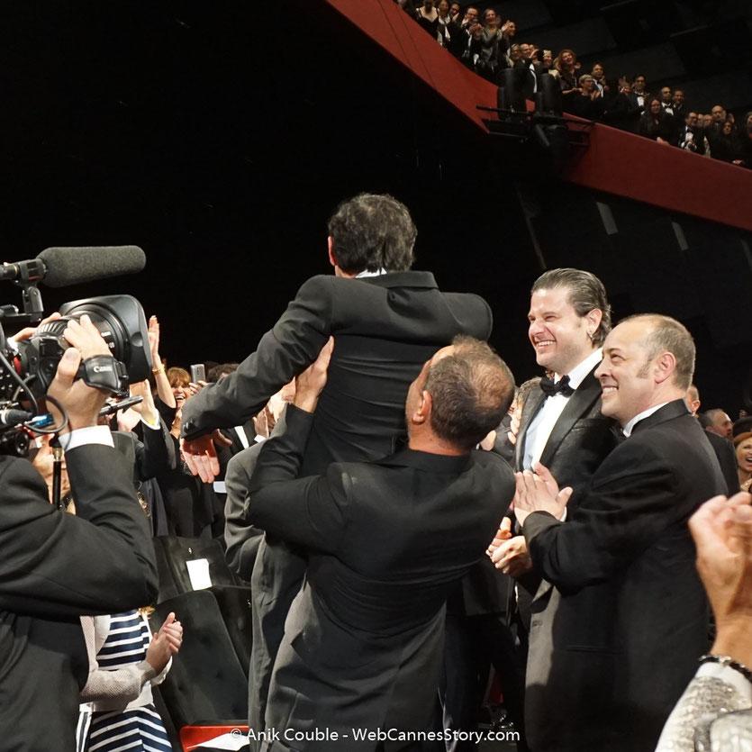 Matteo Garrone, soulevant, Marcello Fonte, l'acteur principal de son film,  Dogman, présenté,le 16 mai  2018, en sélection officielle - Festival de Cannes 2018 - Photo © Anik Couble