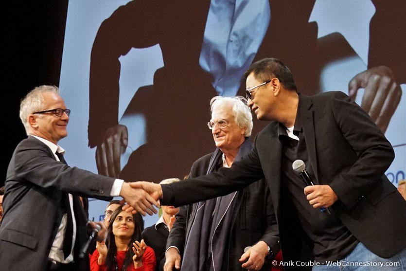 Wong Kar-Wai, sur la scène de la Halle Tony Garnier, en compagnie de Bertrand Tavernier et Thierry Frémaux- Clôture du Festival Lumière 2017 - Lyon - Photo © Anik Couble