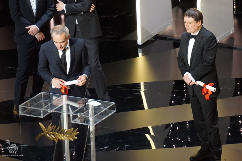 """Olivier Assayas et Cristian Mungiu et Olivier, Prix de la Mise en Scène (ex-aequo)  pour """"Baccalauréat"""" et """"Personal Shopper"""" - Festival de Cannes 2016 - Photo © Anik Couble"""