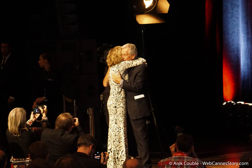 Jane Fonda accueillie, sur scène, par Costa Gavras, lors de la Cérémonie de Remise du Prix Lumière - Festival Lumière 2018 - Lyon - Photo © Anik Couble