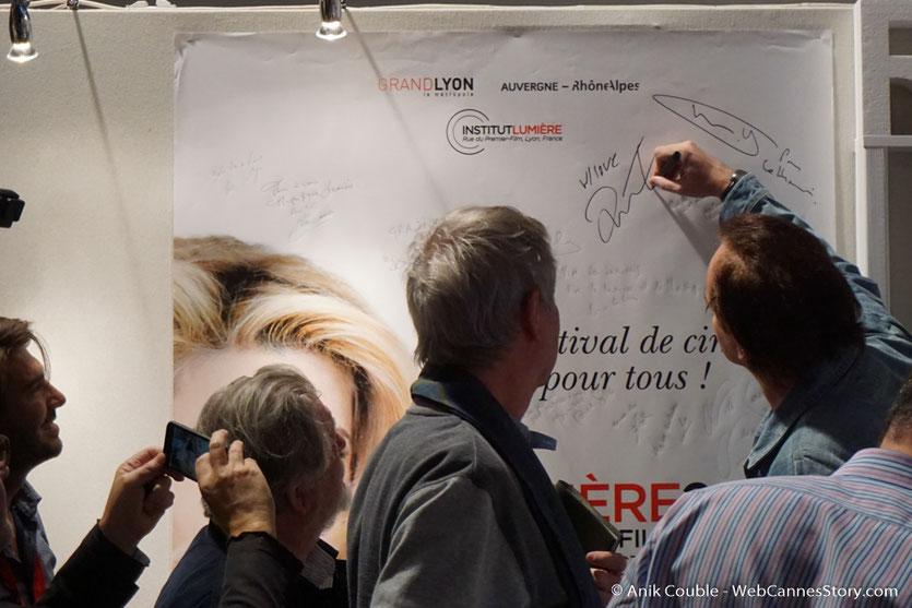 Quentin Tarantino, signant l'affiche du Festival,  dans le studio de  Radio Lumière - Festival Lumière 2016 - Lyon - Photo © Anik Couble