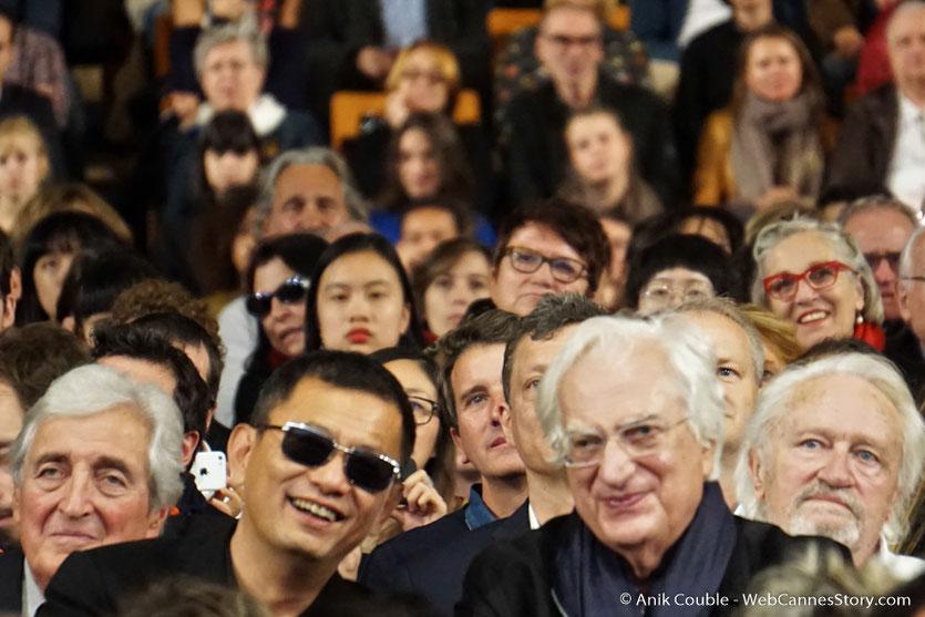 Wong Kar-Wai, entouré de Bertand Tavernier,  Niels Arestrup, Jean-Loup Dabadie,  au milieu du public - Clôture du Festival Lumière 2017  - Halle  Tony Garnier de Lyon - Photo © Anik Couble