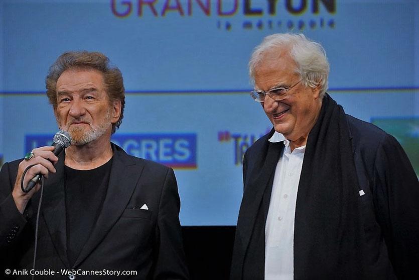 Eddy Mitchell en compagnie de  Bertrand Tavernier, sur scène, lors de l'hommage qui lui a été rendu, pendant la cérémonie d'ouverture du  Festival Lumière 2017 - Lyon - Photo © Anik Couble