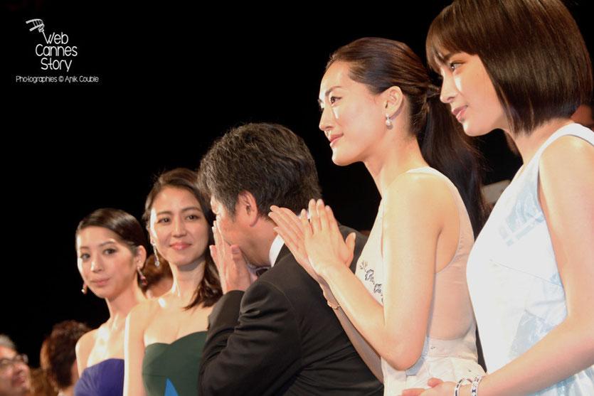 """Kaho, Masami Nagasawa, Hirokazu KORE-EDA Haruka Ayase, Suzu Hirose,lors la projection du film """" Notre petite soeur """" de  Hirokazu KORE-EDA - Festival de Cannes 2015 - Photo © Anik COUBLE"""