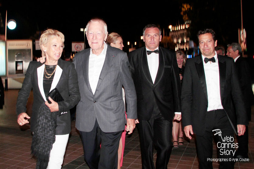 Max Von Sydow, entouré de son épouse et de Laurent Gerra - Festival de Cannes 2013 - Photo © Anik Couble