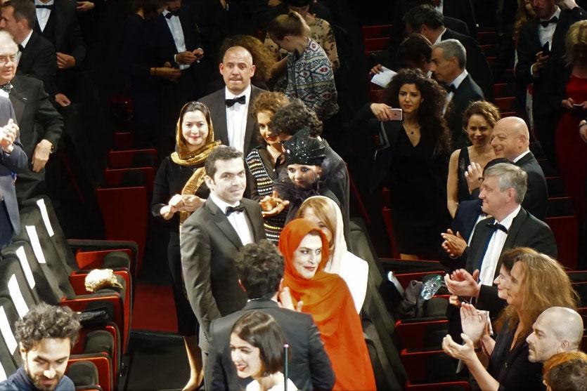 L'équipe du film, et les enfants de Jafar Panahi, lors de la projection du film 3 visages (3 faces) de Jafar Panahi, présenté en sélection officielle, lors du Festival de Cannes 2018 - Photo © Anik Couble