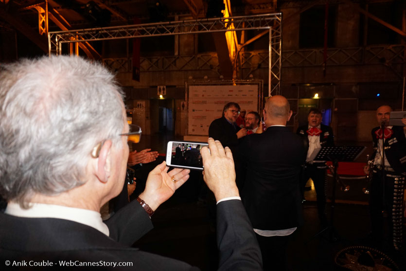 Michael Mann, filmant Guillermo del Toro, chantant avec un groupe de Mariachis, lors du dîner d'ouverture du Festival Lumière 2017, à Lyon - Photo © Anik Couble