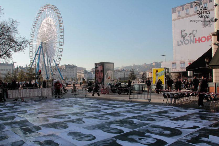 """Installation artistique """"Inside Out"""" de l'Artiste JR, menée par Charlotte Le Bon -  Lyon - Déc 2013 - Photo © Anik COUBLE"""