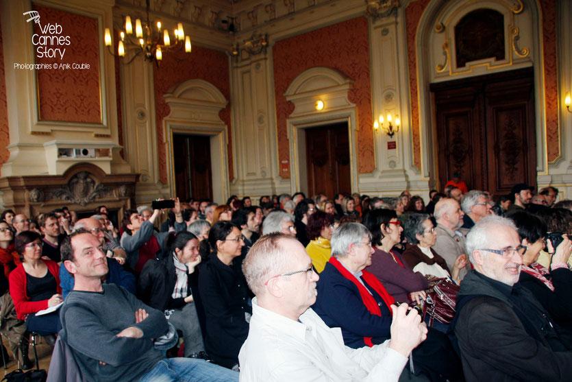 vLe public de la salle Ampère, lors de la Conférence « 20 ans du Poulpe », en présence de Patrick Raynal, Jean-Bernard Pouy et Jérome Leroy, lauréat du Prix des lecteurs - Quais du Polar 2015 - Lyon - Photo © Anik COUBLE