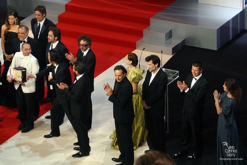 Tim Burton, Président du Jury, entourés de ses jurés et  Apichatpong Weerasethakul,  Palme d'or - Festival de Cannes 2010 - Photo © Anik Couble