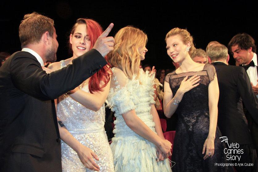 Brady Corbet, Kristen Stewart, Chloë Moretz, Nora Von Waldstätten et Olivier Assayas, lors de la présentation du film «Sils Maria» d'Olivier Assayas - Festival de Cannes 2014 - Photo © Anik COUBLE