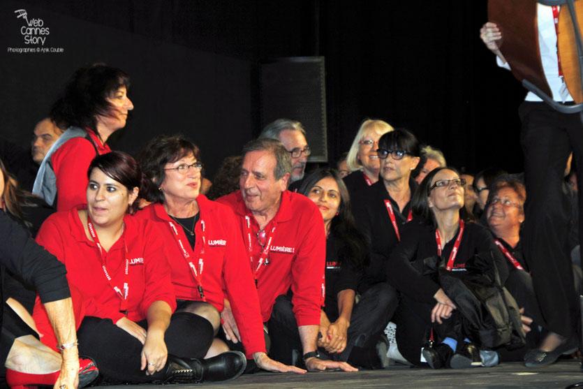 Les bénévoles sur la scène de la Halle Tony Garnier - Festival Lumière 2012 - Lyon © Anik Couble