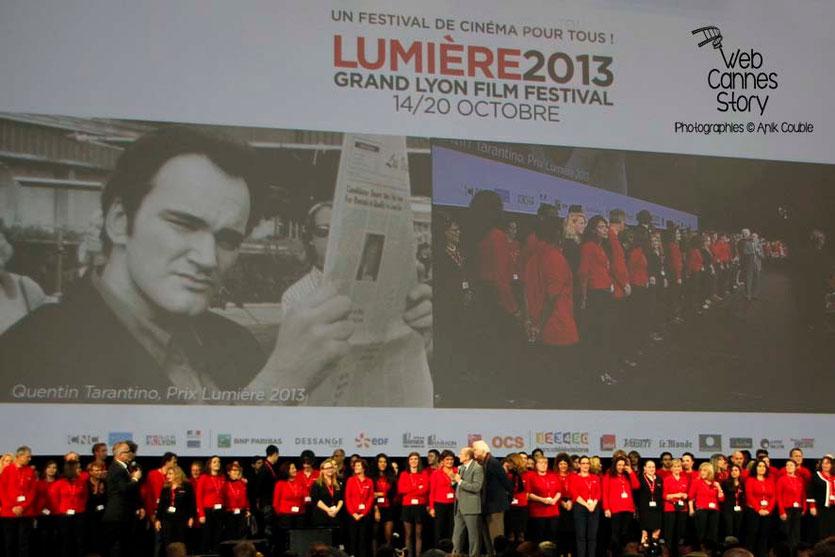 Les bénévoles sur la scène de la Halle Tony Garnier - Clôture du Festival Lumière - Lyon - 2013 - Photo © Anik COUBLE