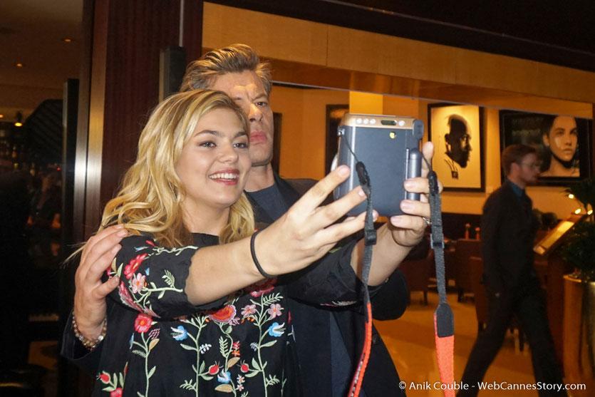 Joyeux selfie de Louane et Benjamin Biolay, au piano bar de l'hôtel Martinez - Festival de Cannes 2017 - Photo © Anik Couble