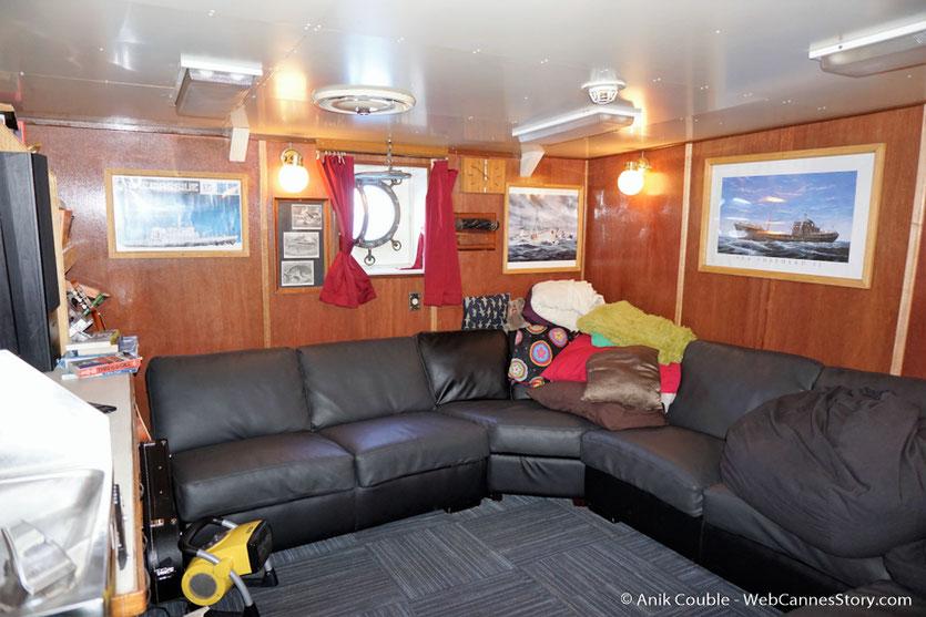 """La salle de détente du """"Sam Simon"""",  l'un des bateaux de la fondation Sea Shepherd - Festival de Cannes 2016 - Photo © Anik Couble"""