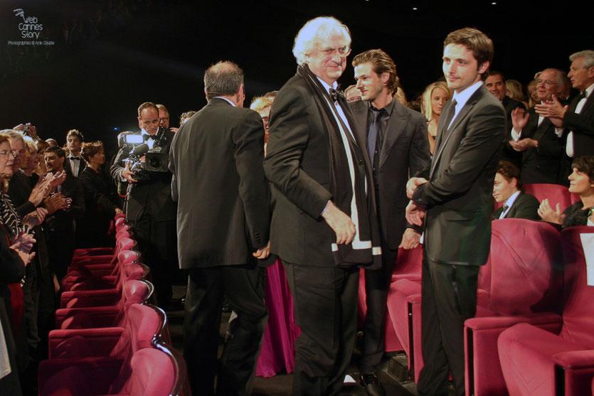 """Bertrand Tavernier, entouré des ses acteurs, Gaspard Ulliel et Raphaël Personnaz, lors de la projection de son film """" La Princesse de Montpensier """" - Festival de Cannes 2010 - Photo © Anik Couble"""