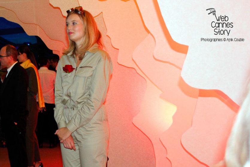 """Une hôtesse, habillée en aviateur de l'époque, accueillant, les invités de la soirée du film """" Le petit prince """" de Mark Osborne - Festival de Cannes 2015 - Photo © Anik COUBLE"""