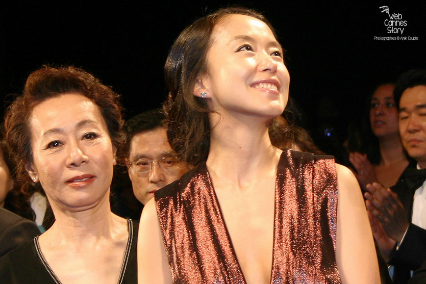 "Jeon Do-yeoun et Youn Yuh Jung, lors de la projection du film ""The Housemaid"" de  Im Sang Soo - Festival de Cannes 2010 - Photo © Anik Couble"