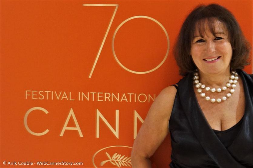 Devant l'affiche des 70 ans du Festival de Cannes - Festival de Cannes 2017 - Photo © Anik Couble