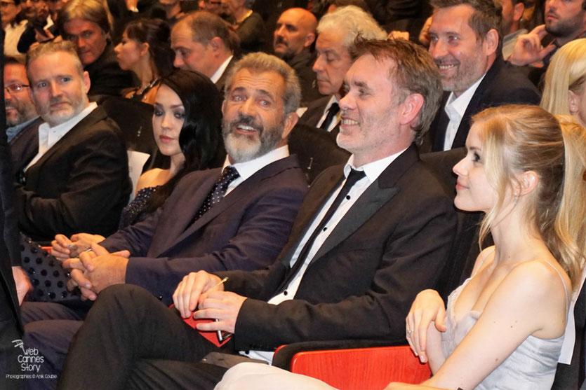"""Jean-François Richet entouré de Erin Moriarty et Mel Gibson, lors de la projection de son  film """"Blood Father"""" - Festival de Cannes 2016 - Photo © Anik Couble"""