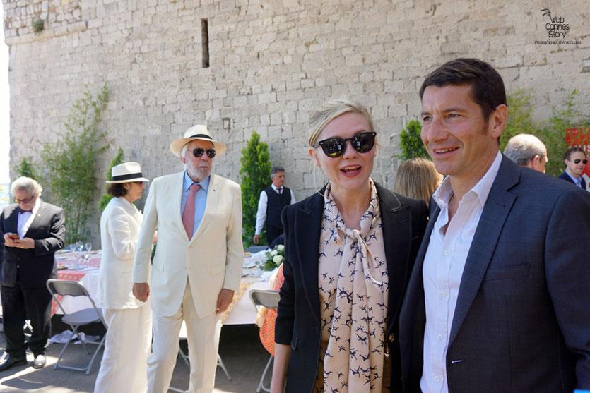 David Lisnard, Maire de Cannes  en compagnie de Kirsten Dunst, Donald Sutherland et George Miller, lors  du déjeuner de presse - Festival de Cannes 2016 - Photo © Anik Couble