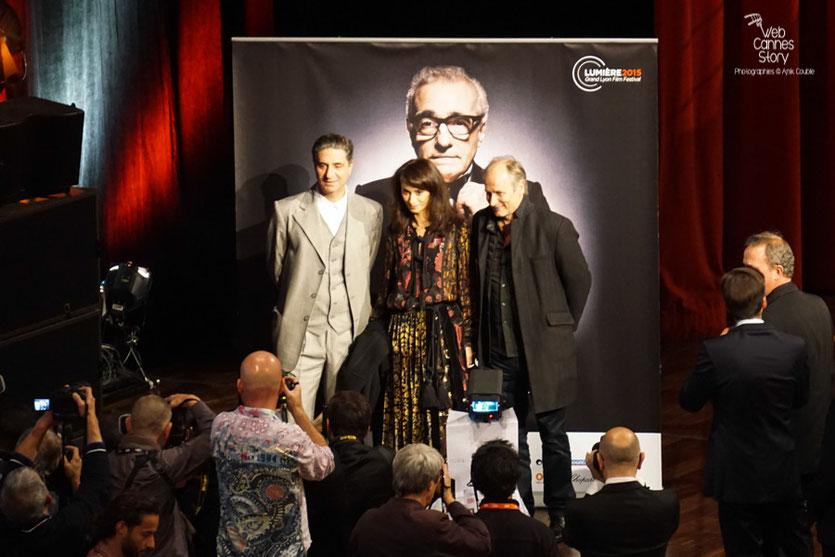 Rachida Brakni entourée de Simon Abkarian et Hippolyte Girardot - Prix Lumière à Martin Scorsese  - Festival Lumière - Lyon - Oct 2015 - Photo © Anik COUBLE