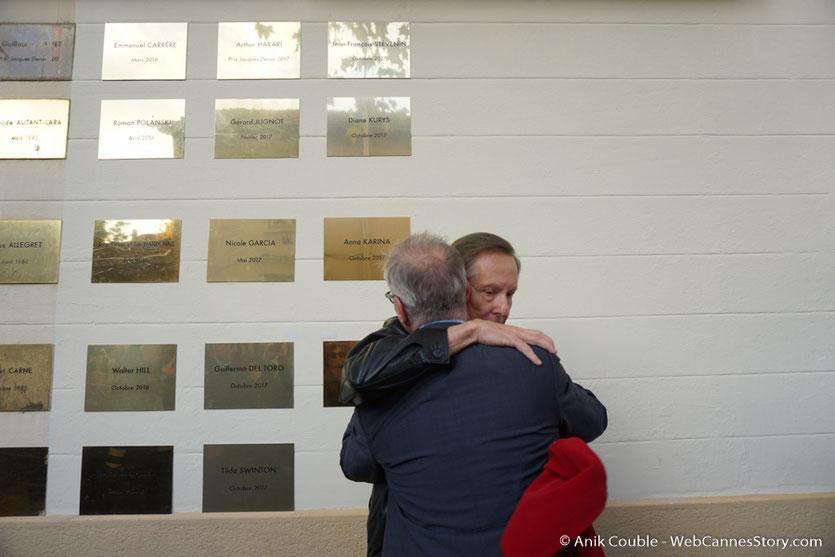 Chaleureuse accolade entre William Friedkin et Thierry Frémaux, devant la plaque à son nom qui vient d'être dévoilée sur le mur des réalisateurs, à l'Institut Lumière - Festival Lumière 2017 - Photo © Anik Couble