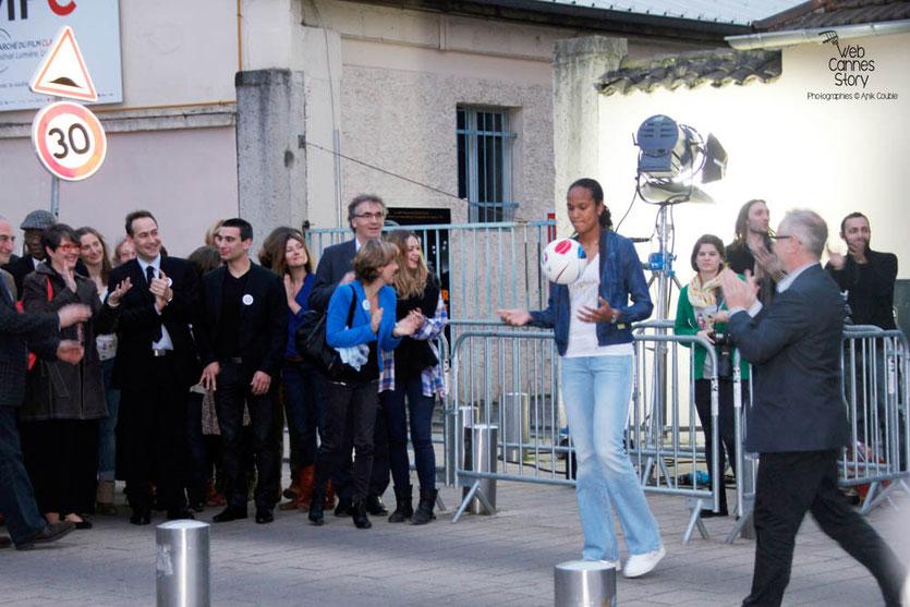 """Tournage du remake de """" Sortie d'Usine """" à l' Institut Lumière, pour célébrer les 120 ans du Cinéma, ici, Thierry Fremaux et la talentueuse footballeuse Wendie Renard, capitaine de l'équipe de France et de l'OL - Lyon - 19 mars 2015 - Photo © Anik COUBLE"""
