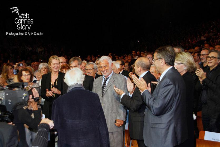 Bertand Tavernier de dos, rendant hommage à Jean-Paul Belmondo - Festival Lumière - Lyon - Oct 2013 - Photo © Anik COUBLE