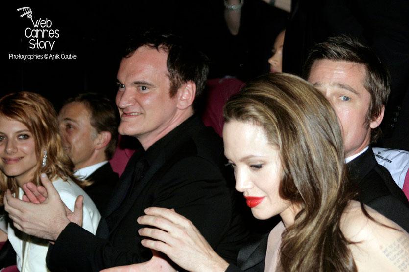 """Angelina Jolie, Brad Pitt, Quentin Tarantino et Mélanie Laurent, lors de la projection du film """"Inglorious Basterds"""" - Festival de Cannes - 2009 - Photo © Anik COUBLE"""