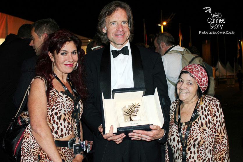 Pascaline et  Esméralda,  les célèbres femmes panthères, avec la Palme d' Or -  Festival de Cannes 2011 - Photo © Anik Couble