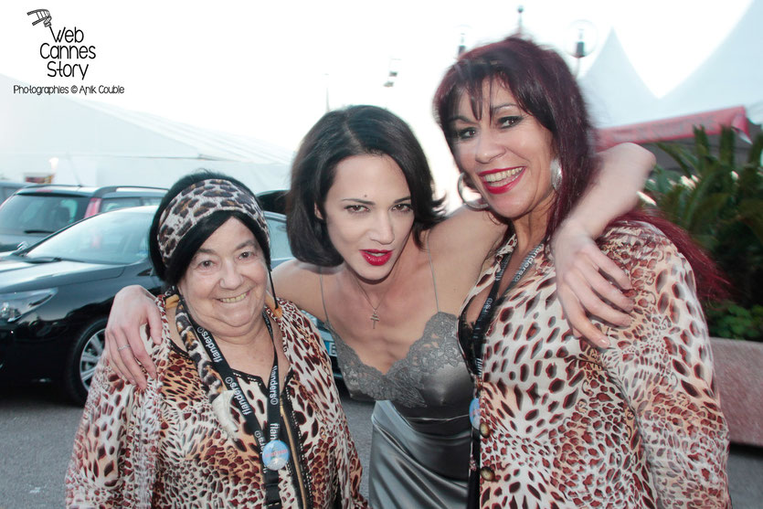 Pascaline Benito et Esméralda Petit-Benito, les célèbres femmes panthères, en compagnie d'Asia Argento - Festival de Cannes 2013 - Photo © Anik Couble