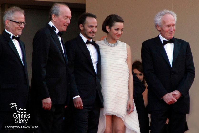 Thierry Fremaux, Luc Dardenne, Fabrizio Rongione, Marion Cotillard et Jean-Pierre Dardenne, en haut des marches, lors de la présentation du film «Deux jours, une nuit» - Festival de Cannes 2014 - Phot
