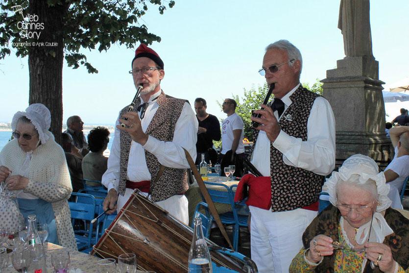 Ambiance musicale  provençale, lors du traditionnel déjeuner de presse, offert par le maire de Cannes - Festival de Cannes 2011 - Photo © Anik Couble