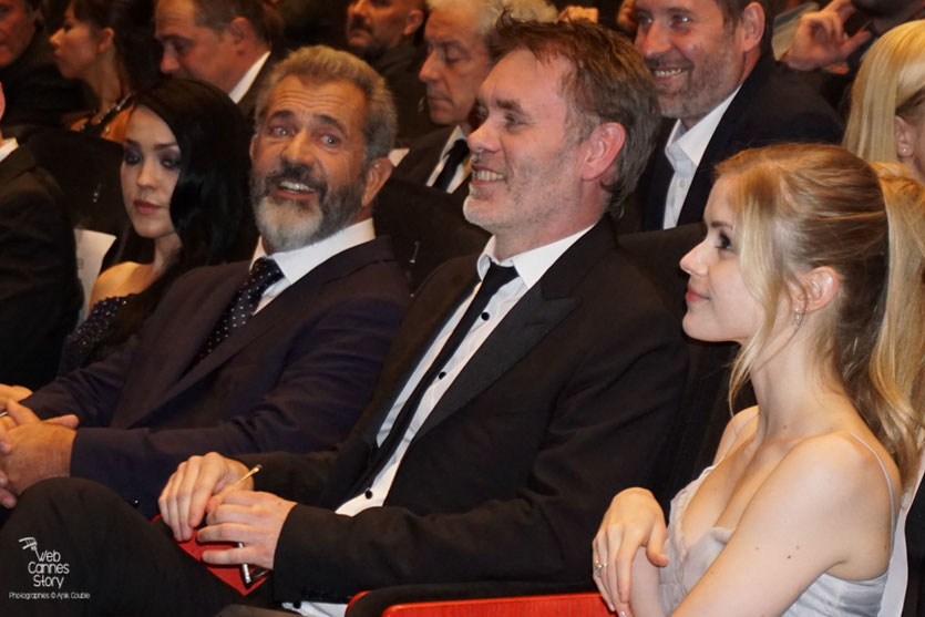 "Jean-François Richet entouré de Erin Moriarty et Mel Gibson, lors de la projection de son  film ""Blood Father"" - Festival de Cannes 2016 - Photo © Anik Couble"