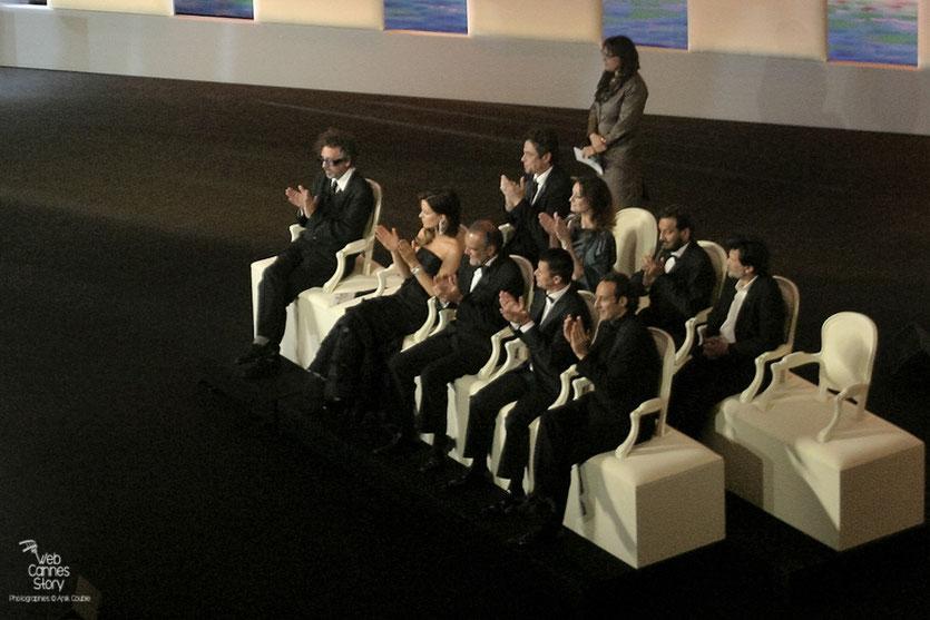 Tim Burton, Président du Jury, entourés de ses jurés, lors de la Cérémonie de Clôture - Festival de Cannes 2010 - Photo © Anik Couble