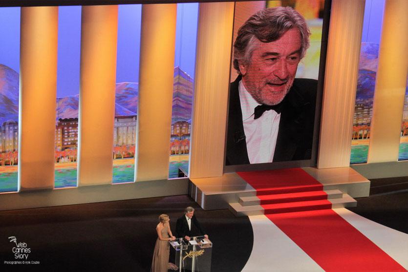 Robert De Niro,  Président du Jury et Mélanie Laurent,  lors de la cérémonie de Clôture - Festival de Cannes 2011 - Photo © Anik Couble