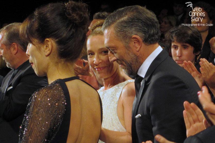 """Emmanuelle Bercot, entourée de Vincent Cassel et Maïwenn, lors de la projection de """"Mon roi"""" de Maïwenn - Festival de Cannes 2015 - Photo © Raymond Haïk"""