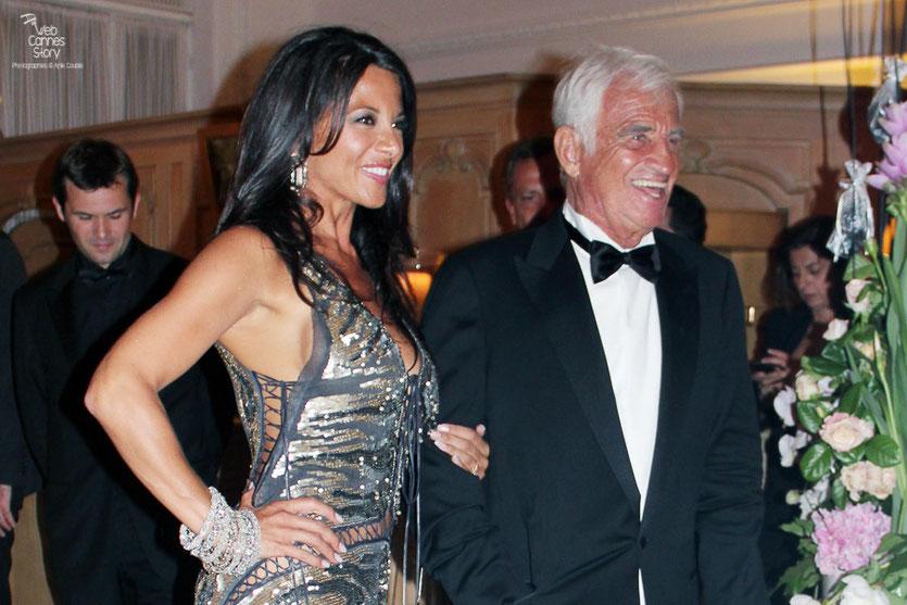 Arrivée de Jean-Paul Belmondo pour le dîner  donné en son honneur au Carlton, accompagné de sa compagne Barbara Gandolfi - Festival de Cannes 2011 - Photo © Anik Couble