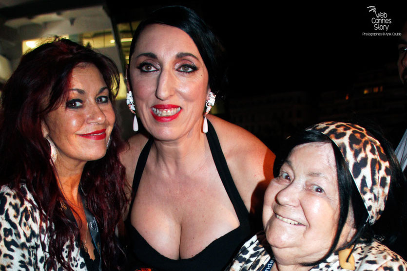 Mes 2 amies Pascaline et Esméralda les célèbres femmes panthères, en compagnie de  Rossy De Palma - Festival de Cannes 2015 - Photo © Anik Couble