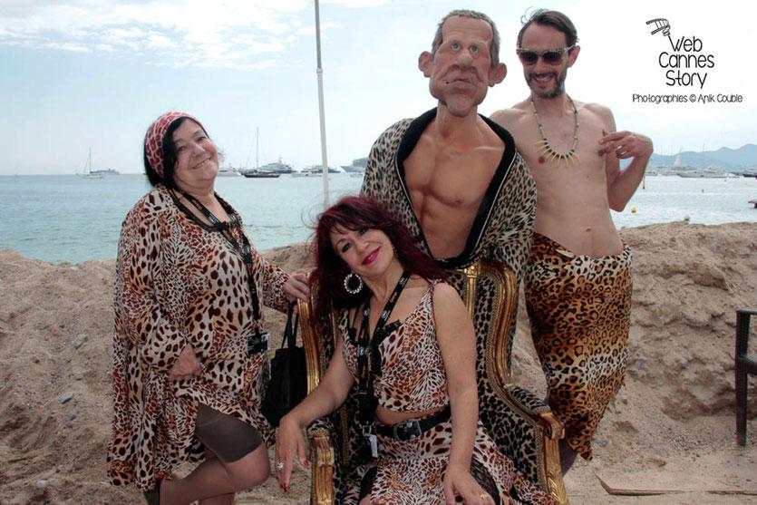 Pascaline Benito et Esméralda Petit-Benito, les célèbres femmes panthères, en compagnie de Laurent des guignols de Canal + et de la marionnette de PPDA  - Festival de Cannes 2012 - Photo © Anik Couble