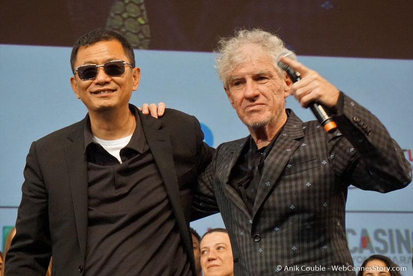 Wong Kar-Wai, sur la scène de la Halle Tony Garnier, en compagnie de Christopher Doyle, son chef opérateur - Clôture du Festival Lumière 2017 - Lyon - Photo © Anik Couble