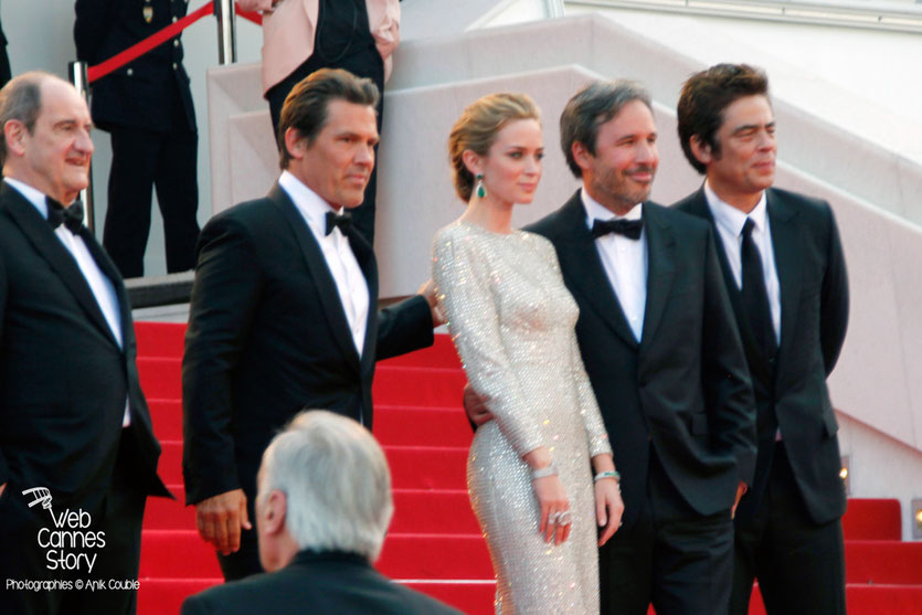 """Josh Brolin, Emily Blunt, Denis Villeneuve et Benicio Del Toro, sur les marches pour la projection du film """"Sicario"""" de Denis Villeneuve - Festival de Cannes 2015 - Photo © Anik COUBLE"""