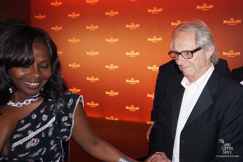 Ken Loach, Palme d'or en compagnie d'une admiratrice - Plage Magnum - Festival de Cannes 2016 - Photo © Anik Couble