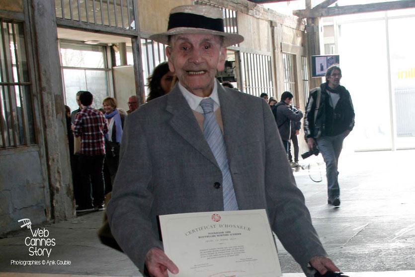 """Tournage du remake de """" Sortie d'Usine """" à l' Institut Lumière, pour célébrer les 120 ans du Cinéma, ici, le très élégant centenaire de la maison de retraite de la Rotonde, tenant son certificat d'honneur - Lyon - 19 mars 2015 - Photo © Anik COUBLE"""